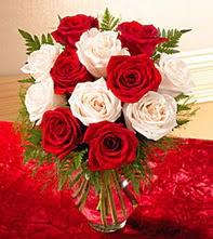 Antalya Melisa uluslararası çiçek gönderme  5 adet kirmizi 5 adet beyaz gül cam vazoda