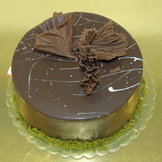 pastaci ustamizdan 4 ile 6 kisilik fistikli çikolatali yaspasta  Antalya Melisa çiçek servisi , çiçekçi adresleri