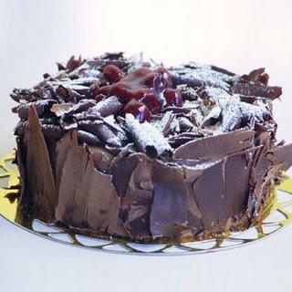 pasta yolla 4 ile 6 kisilik visneli çikolatali yas pasta  Antalya Melisa çiçek siparişi sitesi