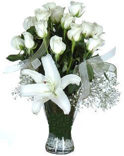 cam içerisinde 11 beyaz gül ve 1 kazablanka  Antalya Melisa çiçek siparişi sitesi