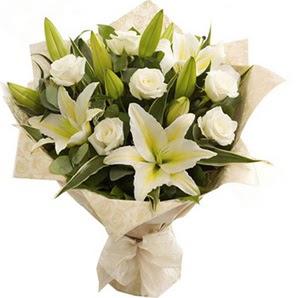 Antalya Melisa anneler günü çiçek yolla  3 dal kazablanka ve 7 adet beyaz gül buketi