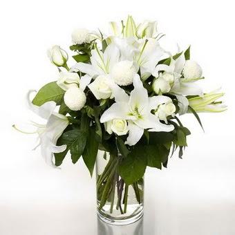 Antalya Melisa çiçek gönderme sitemiz güvenlidir  1 dal cazablanca 7 adet beyaz gül vazosu